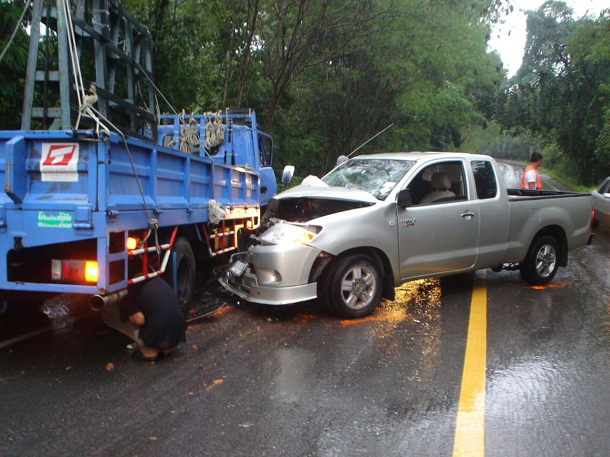 Toyota Hilux Vigo and truck crash