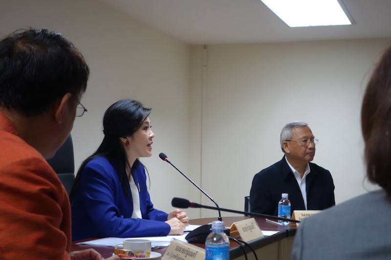 Yingluck Shinawatra and cabinet members during a meeting