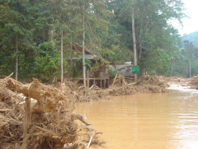 Family of three drowns in Chai Nat tragedy, Unabated floods continue
