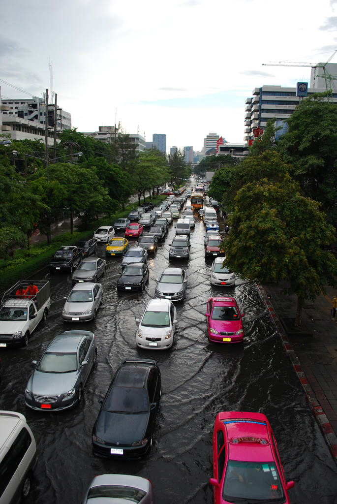 Bangkok's Ha Yak Lat Phrao intersection under 40cm water