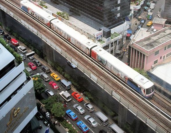 Woman attempts to jump from Silom skytrain station Friday